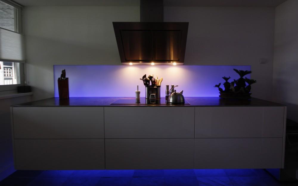 Zwevende keuken, aanrechtblad van geroest staal,  achterwand met led-verlichting