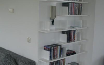 CD-kast, bovenplanken lopen om de hoek heen, materiaal: gelakt MDF