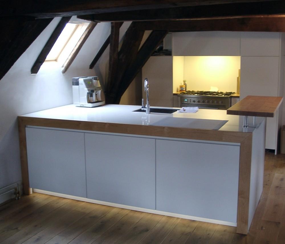 Greeploze keuken met plintverlichting, keukeneiland met cristalite blad, materiaal: gemelamineerd MDF en massief anigré hout