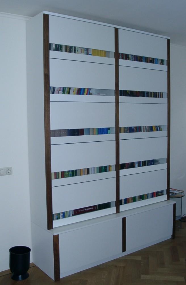 Gesloten boekenkast, opgebouwd uit losse elementen, boeken kunnen stofvrij opgeborgen worden, materiaal: in kleur gespoten MDF, glas en notenfineer