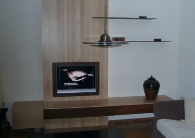 Massief beukenhouten wand voor TV, fronten kast en schappen geroest staal