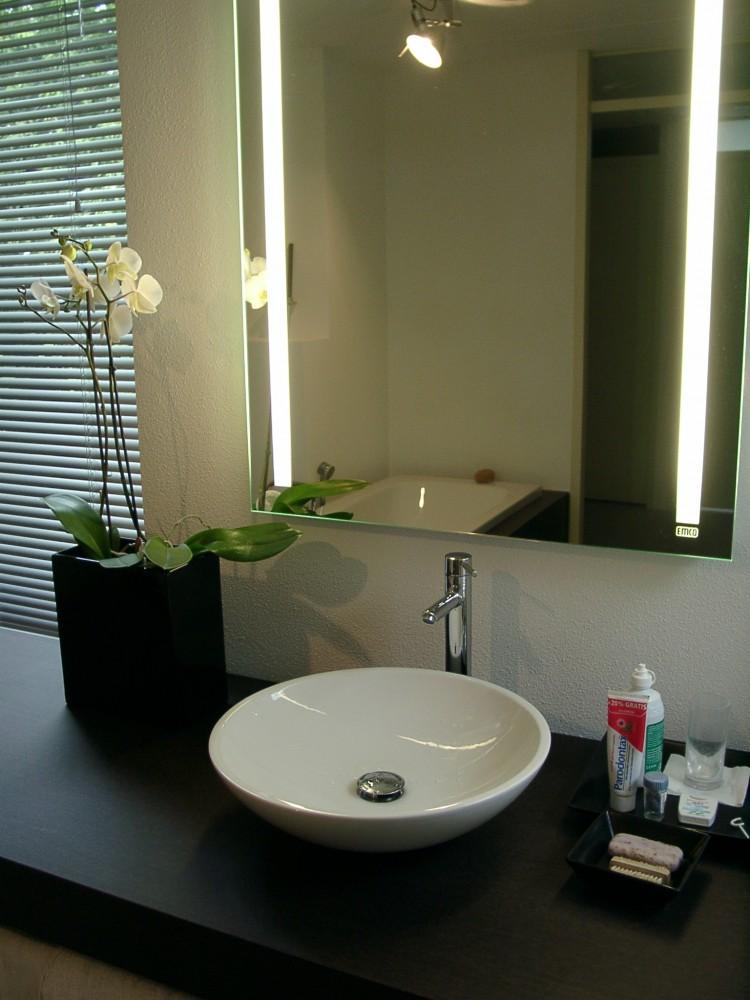 Balkon diks design - Spiegel badkamer geintegreerde verlichting ...