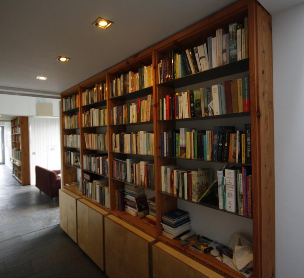 Boekenkast ruwe larix - Schappen grijs-stalen platen