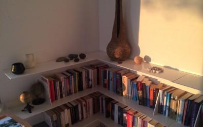 Zwevende boekenkast met platen van staal