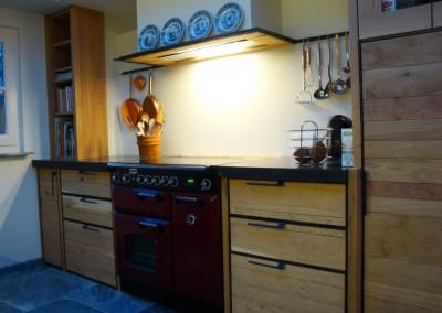 Keuken in massief eiken uitgevoerd, blad: Belgisch hardsteen