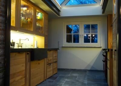 Keuken in massief eiken uitgevoerd, fronten onderkasten: ruwe eiken planken, gevat in stalen hoekprofielframe, ontwerp in samenspraak met klant