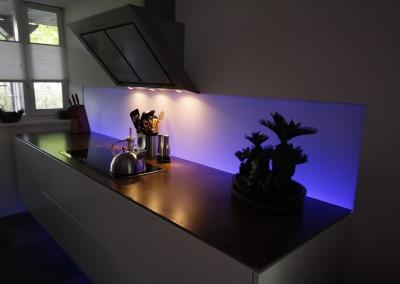 Zwevende keuken - Aanrechtblad van geroest staal - Achterwand met led-verlichting
