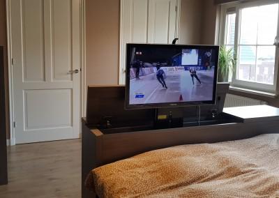 Slaapkamermeubelen, TV-kast met TV-lift aan het eind van het bed, materiaal: gemelamineerde plaat