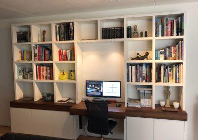 Zwevende boekenbureaukast, blad massief noten