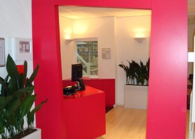 Verlichte entree in de kleur van het bedrijf, ontwerp Wagemans Design Studio