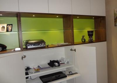 Werkplek in wandvullende kast, gemelamineerde plaat, vakken: notenfineer, achterwand: lime-groen gemelamineerd