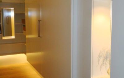 Halkast: zijdeglans gespoten MDF, boven en onder de kast led-verlichting evenals in de kast achter het glas, deur-voor-deur systeem