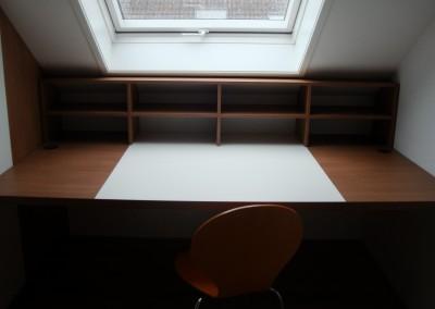 Bureau voor kinderkamer, onder dakraam, op maat gemaakt