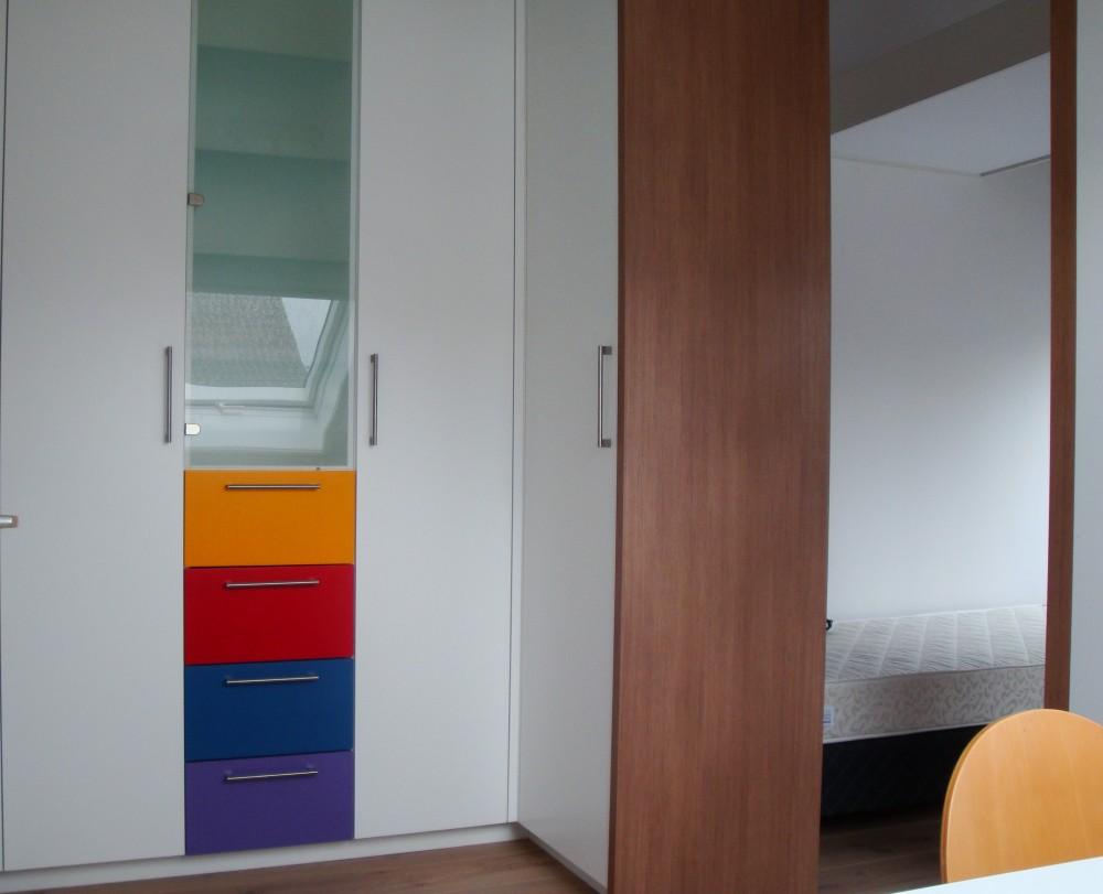 Slaapkamer: kledingkast in tienerkamer net in kleur gespoten laden