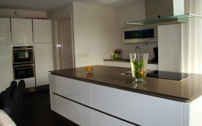 Greeploze keuken met horizontale en verticale greeplijsten, wit hoogglans gepolijst, 13 mm. dik composietblad,