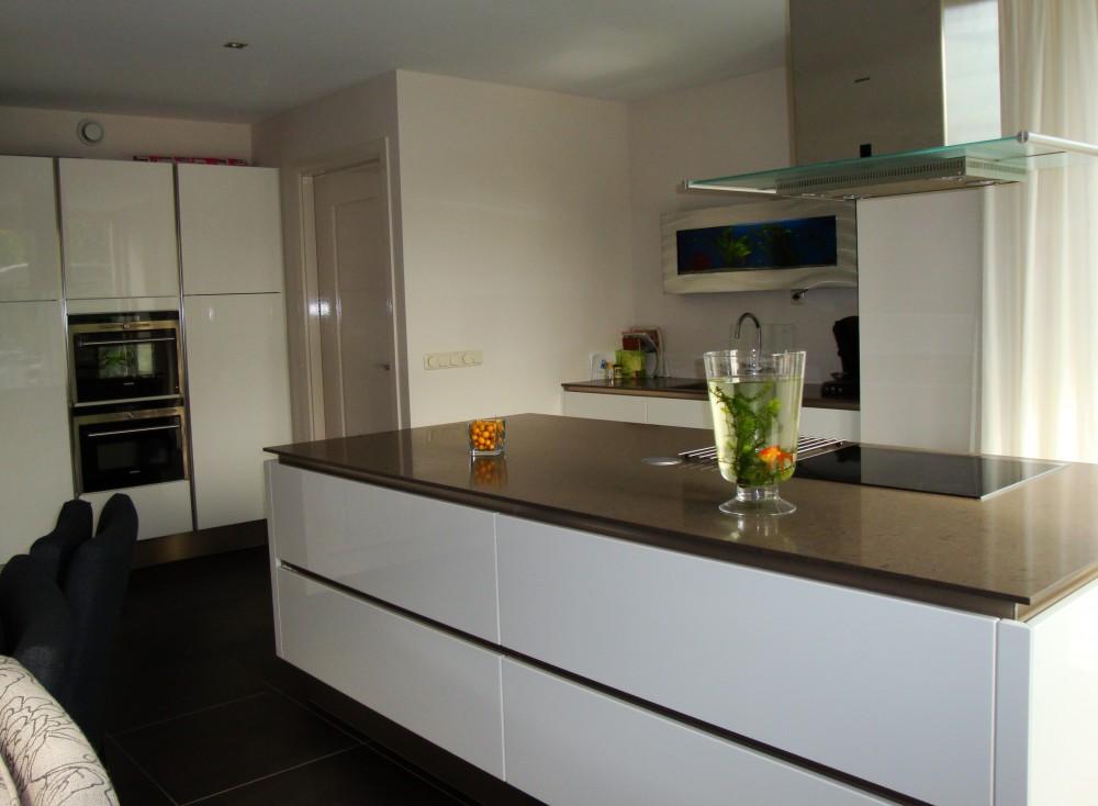Greeploze witte keuken - Hout en witte keuken ...