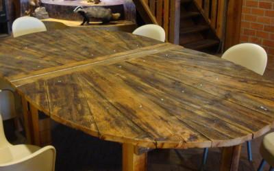 Schapedrift Ermelo: Ovale tafel, die gehalveerd kan worden, gemaakt van gelakt oud steigerhout, mooi van kleur en structuur.