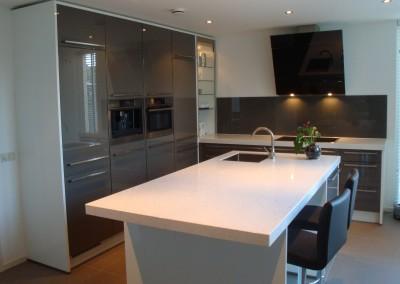 Hoogglans wit gespoten keuken met schuine afzuigkap
