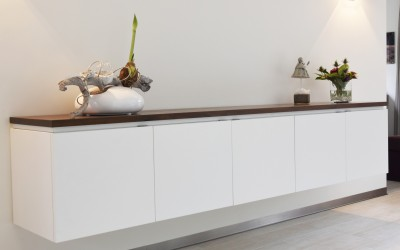 Hangend dressoir met notenhouten blad