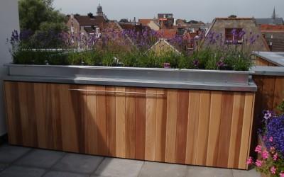 Op maat gemaakte kast op balkon voor kussens tuinmeubels, bovenop zinken bloembakken