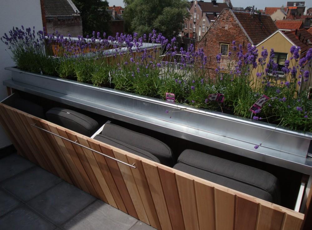 Zinken bloembakken balkon
