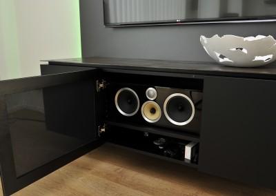 Detail: Audiomeubel, geroest stalenblad, middelste deur speakerdoek voor frontspeaker, RGB-ledverlichting