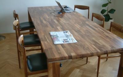 Tafel van massief notenhout