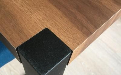 Notenhouten tafel met zwart gepoedercoat onderstel, detail poot, ontwerp StijlApart, zie https://stijlapart.nl/meubels-en-interieurs/maatwerk/interieurontwerp-met-ingebouwd-dressoir/