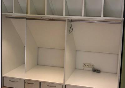 Inloopkast, gemaakt achter ruimte boekenkast