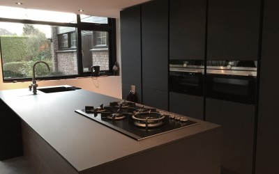Design keuken, blad en zijwanden slechts 14 mm dik, blad, fronten en zijden nano black mat, dit unieke materiaal is volkomen vlekvrij  en krasvast, ook leverbaar in andere kleuren