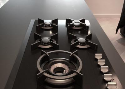 Design keuken, blad slechts 14 mm dik,  nano black mat, dit unieke materiaal is volkomen vlekvrij en krasvast, ook leverbaar in andere kleuren