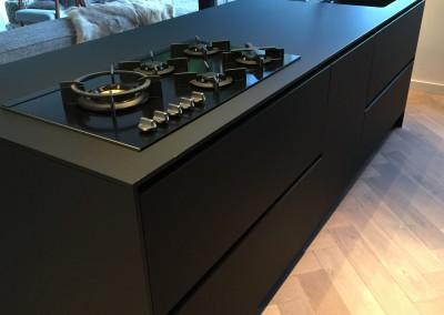 Design keuken, blad en zijwanden slechts 14 mm dik,  laden zijn op afwijkende maat gemaakt: 110,9 cm