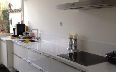Hoogglans keuken met twee verschillende aanrechtbladdieptes