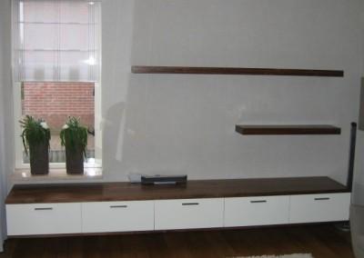 Vrijhangend dressoir, materiaal: MDF in kleur gespoten, massief notenhout