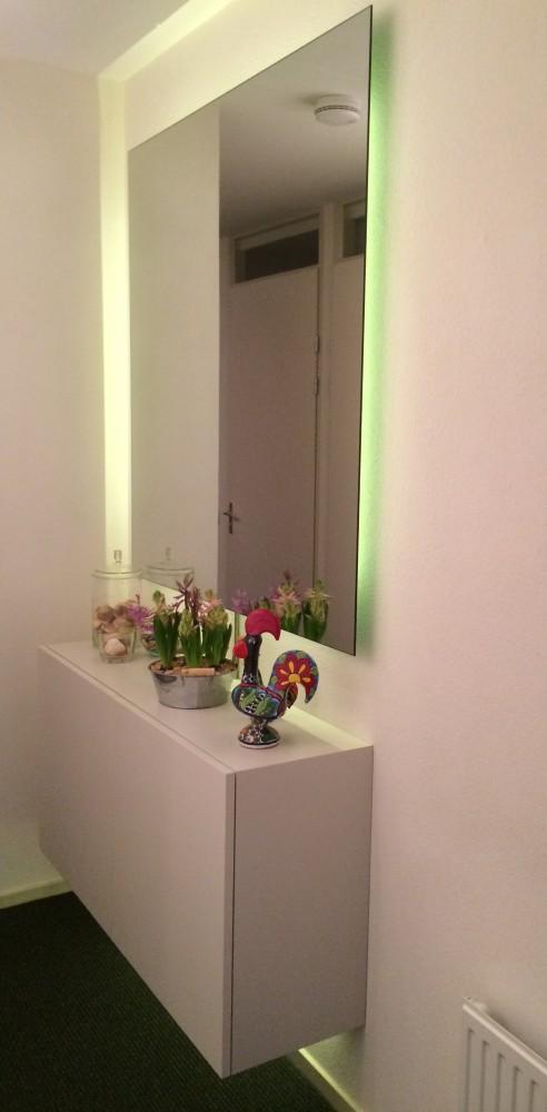 Entree: zwevende spiegel en ledverlichting