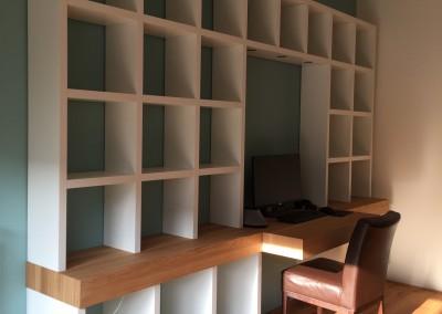 Hangende boekenbureaukast, blad massief eiken