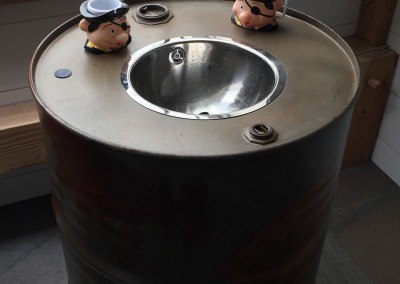 Badkamer, stoere wastafel voor kinderen, gemaakt van oliedrums, knop: handgemaakte koperen brandweerkraan