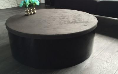 Salontafel: hoogglans zwart gespoten onderstel, blad zwart beton ciré