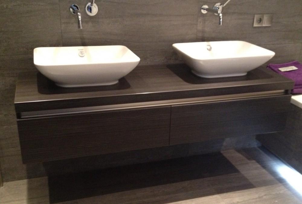 Badkamermeubel, zwevend aan de wand gemonteerd, materiaal: kunststof houtlook met voelbaar reliëf, vochtbestendig, lade met aluminium greeplijst