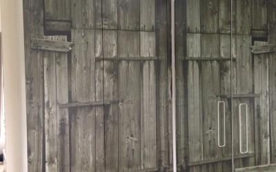 Kledingkast met fotoprint van houten staldeur