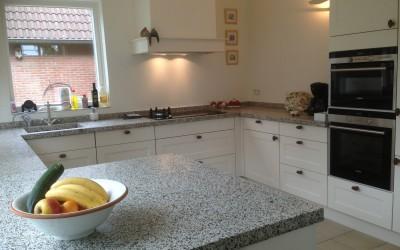 Klassieke keuken, granito werkblad en in kleur gespoten deuren
