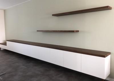 Zwevend dressoir met bureau-speelhoek en bank, fronten gespoten, blad noten, ontwerp StijlAPART, zie https://stijlapart.nl/meubels-en-interieurs/kasten/witte-serie-dressoir-chique-mystique/