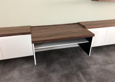 Detail zwevend dressoir, blad noten, bovenplaat kan uitgetrokken worden voor bureau, ontwerp StijlAPART, zie https://stijlapart.nl/meubels-en-interieurs/kasten/witte-serie-dressoir-chique-mystique/