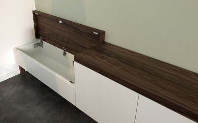 Detail zwevend dressoir, bedoeld als zitbank, opbergruimte, ontwerp StijlApart, zie https://stijlapart.nl/meubels-en-interieurs/kasten/witte-serie-dressoir-chique-mystique/