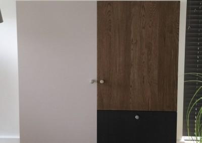 Wandmeubel, rechter deur eiken fineer, overige deuren in kleur gespoten MDF