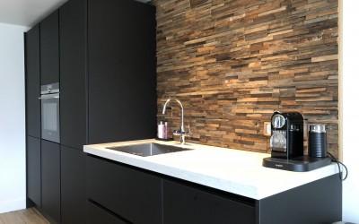Keuken, fronten Fenix black nano, kunststof werkblad, achterwand storywood: Georgisch sloophout
