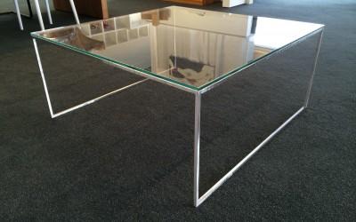 salon / bijzettafel, metalen frame met glasplaat