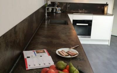 Strakke keuken met geroest stalen blad