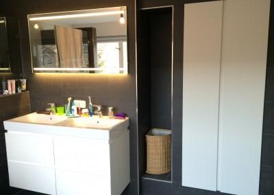 Badkamerkast in een nis weggewerkt, en badkamermeubel, deur- en ladenfront 45 graden gezaagd, op kleur gespoten MDF