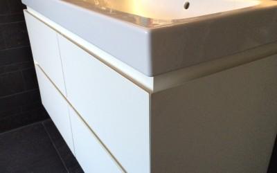 Badkamermeubel, ladenfronten 45 graden gezaagd, materiaal: op kleur gespoten MDF